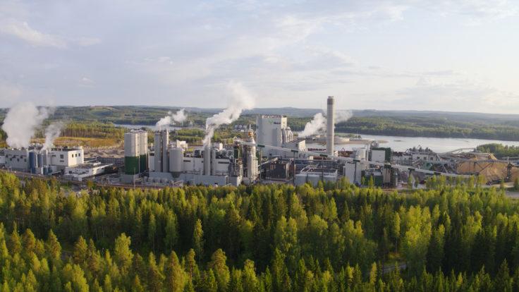 Metsä's bioproduct mill in Äänekoski surrounded with forest and lake.