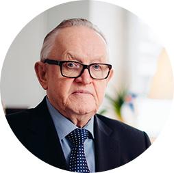 Portrait of Martti Ahtisaari looking straight to the camera.