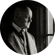 A black and white photo of the profile of an elderly Jean Sibelius looking out of the window.